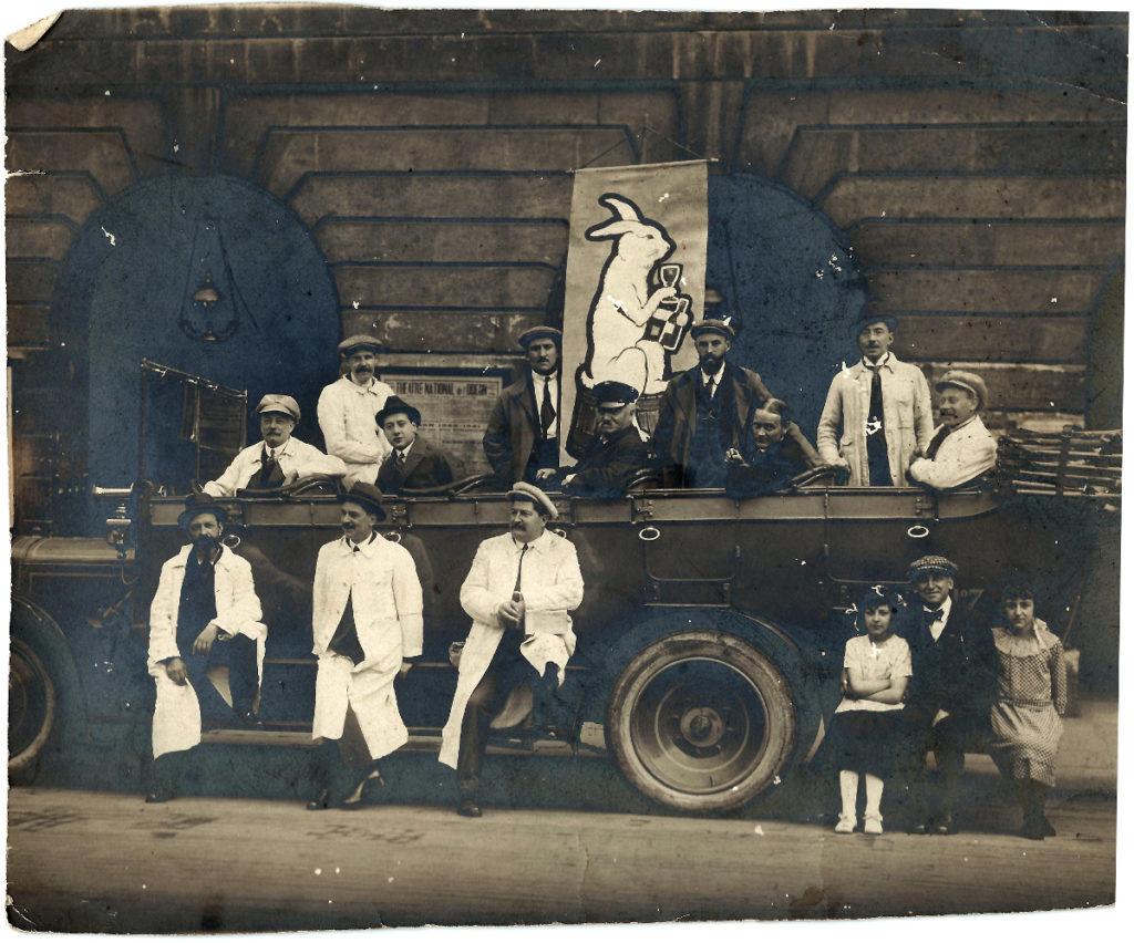 """Des machinistes de l'Odéon vers 1920. Mais que fait là ce """"lapin"""" ? © collection familiale François Vendeuvre"""