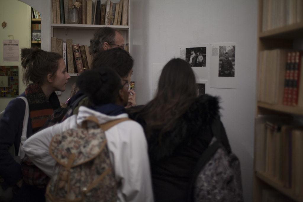 Sur l'un des murs, les portraits et interviews d'Audoniens réalisés par Yasmine et Kenza, deux jeunes du quartier Arago.