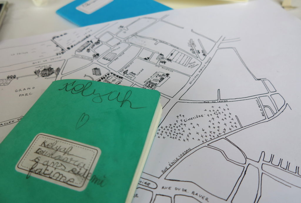 Cahier d'exploration de Kelyah et plan de la ville : l'attirail incontournable de l'explorateur urbain !